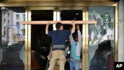 Radnici popravljaju vrata na objektu demoliranom u Washingtonu