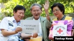 남북 이산가족 상봉 명단이 교환된 지난해 9월, 경기지역 최고령자인 경기도 구리시 김철림(94) 할아버지가 자택 앞에서 적십자사 관계자로부터 이산가족 상봉에 대한 설명을 듣고 있다.