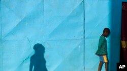 Seorang anak lelaki di kamp para pengungsi dalam negeri di Sevare, Mali.