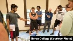 Mahasiswa-mahasiswa Berea College di Kentucky tampak berdiri di atas sebuah peta. (Foto: Courtesy/Berea College)