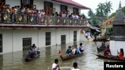 Lãnh tụ đối lập Myanmar Aung San Suu Kyi đến thăm một tu viện bị ngập lụt ở Bago, 80 km (50 dặm) về phía đông bắc Yangon, Myanmar, ngày 3/8/2015.