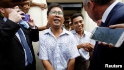 دونوں صحافیوں کا جیل سے رہائی کے بعد استقبال کیا جا رہا ہے۔