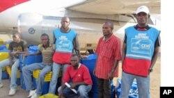 Des agents électoraux chargeant un avion à Lubumbashi