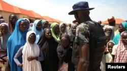 Camp de Bakkasi pour les déplacés internes après une manifestation contre les rations de nourriture trop petites, à Maiduguri, dans l'État de Borno, Nigeria, le 29 août 2016.