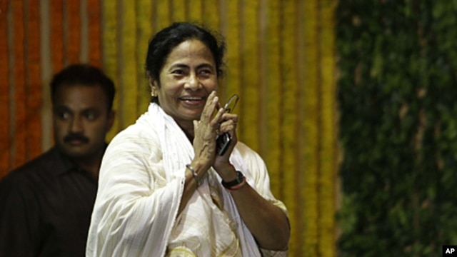 Indian Railway Minister and Trinamool Congress party leader Mamata Banerjee gestures as she arrives at a function to inaugurate railway projects in Kolkata, India, May 17, 2011.