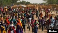 Le ministre de l'Intérieur Mohamed Bazoum du Niger visite un camp où sont hébergées des personnes fuyant les attaques répétées des combattants de Boko Haram, à Diffa , au Niger, 18 juin 2016. REUTERS / Luc Gnago - RTX2GWTW.