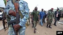 Các nhóm ủng hộ ông Ouattara chiến đấu giành quyền kiểm soát miền Tây Côte D'Ivoire. Các phần tử nổi dậy ủng hộ ông Ouattara đã thắng thế tại miền Tây trước lực lượng trung thành với Tổng thống đương quyền Laurent Gbagbo