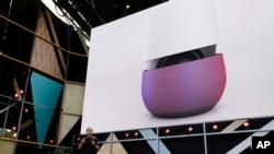 谷歌副總裁馬里奧·奎羅茲(Mario Queiroz)2016年5月18日在美國加州Mountain View舉行的谷歌I/O大會介紹谷歌家庭設備中的智能音箱產品。