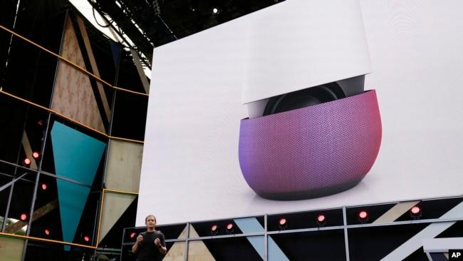 谷歌副总裁马里奥·奎罗兹(Mario Queiroz)2016年5月18日在美国加州Mountain View举行的谷歌I/O大会介绍谷歌家庭设备中的智能音箱产品。