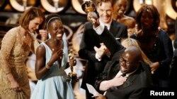 2일 미국 할리우드에서 열린 아카데미상 시상식에서 영화 '노예 12년'의 스티브 맥퀸(오른쪽) 감독이 배우들과 함께 환호하고 있다.