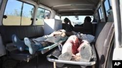 Thi thể dân thường Afghanistan thiệt mạng trong một vụ đánh bom tự sát do Taliban thực hiện tháng 12/2012.