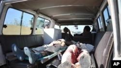 자살 폭탄 공격이 발생한 아프가니스탄 카불 동쪽 잘라라바드 현장에서 사망자의 시신을 운반하는 구급차량