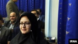 مینو خالقی، منتخب اصفهان در مجلس دهم در دیدار با حسن روحانی. دولت پیشتر از انتخاب او حمایت کرده بود.