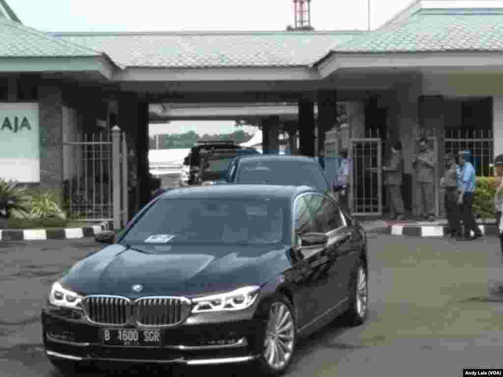 Kendaraan yang menjemput rombongan mantan presiden Amerika Serikat Barack Obama dan keluarga di bandara Halim Perdamakusumah, Jakarta (30/6).