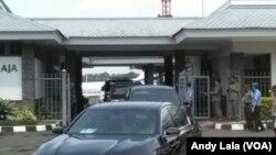 Iring-iringan rombongan mantan Presiden Amerika Serikat Barack Obama keluar dari VVIP Bandara Halim Perdana Kusuma Jakarta Jum'at (30/6).