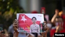 昂山素姬的支持者2021年2月1日在緬甸駐曼谷大使館外示威(路透社)
