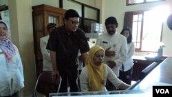 Menteri Dalam Negeri Tjahjo Kumolo mengecek sistem data kependudukan di Solo, Jawa Tengah. (VOA/Yudha Satriawan)