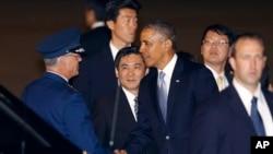 4月23日奧巴馬總統抵達東京國際機場與接機官員握手。