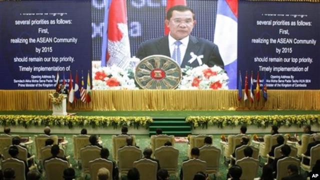 캄보디아의 수도 프놈펜에서 개막된 아세안 정상회의에서 연설하는 캄보디아 총리 훈 센