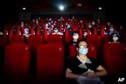 Pengunjung diwajibkan menggenakan masker dan memperhatikan protokol kesehatan saat menonton film di bioskop. (Foto: ilustrasi)
