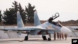 지난달 22일 시리아 흐메이밈 공군 기지에서 러시아 전투기가 출격 준비를 하고 있다. (자료사진)