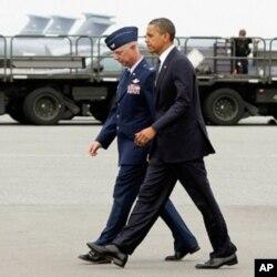 ປະທານາທິບໍດີ ໂອບາມາ ເດີນທາງໄປຮອດຖານທັບອາກາດ ໂດເວີ ທີ່ລັດເດລາແວ ວັນອັງຄານ ທີ 9 ສິງຫາ 2011 ເພື່ອເຄົາລົບສົບ ແລະສະແດງຄວາມເສຍໃຈນໍາຄອບຄົວຂອງພວກທະຫານທີ່ເສຍຊີວິດ. (AP Photo/Carolyn Kaster)