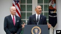 Le président sortant des Etats-Unis Barack Obama accompagné de son vice-président Joe Biden, dans le jardin de la Maison Blanche, 9 novembre 2019.