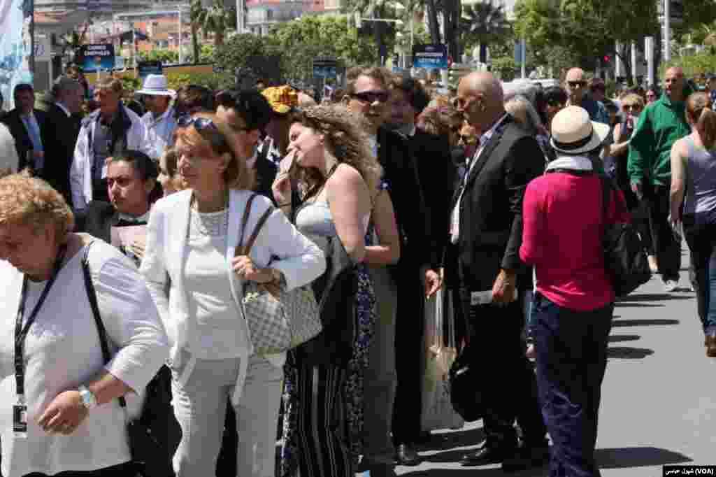 Cannes Film Festival,صف های طولانی علاقمندان فیلم در دو روز مانده به جشنواه کن