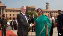 짐 매티스 미국 국방장관(왼쪽)과 니르말라 시타라만 인도 국방장관이 26일 뉴델리 인도 국방부 앞에서 악수하고 있다.