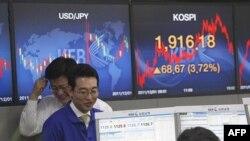 Các nhà kinh doanh tiền tệ tại trụ sở Giao dịch Ngân hàng Hàn Quốc ở Seoul, ngày 1/12/2011