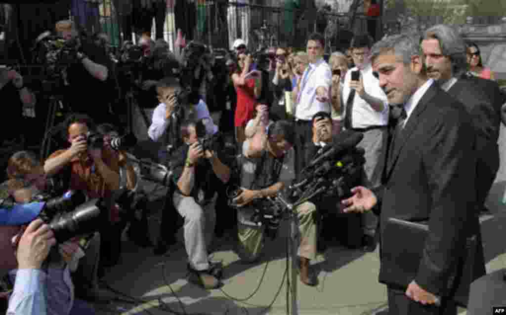 Джордж Клуни выступает перед журналистами у Белого дома в четверг 15 марта