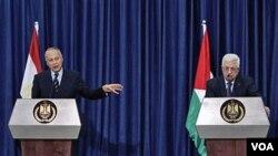 Menlu Mesir Ahmed Aboul Gheit (kiri) dan Presiden Palestina Mahmoud Abbas memberikan keterangan kepada media di Ramallah, Tepi Barat Kamis, 28 Oktober 2010.