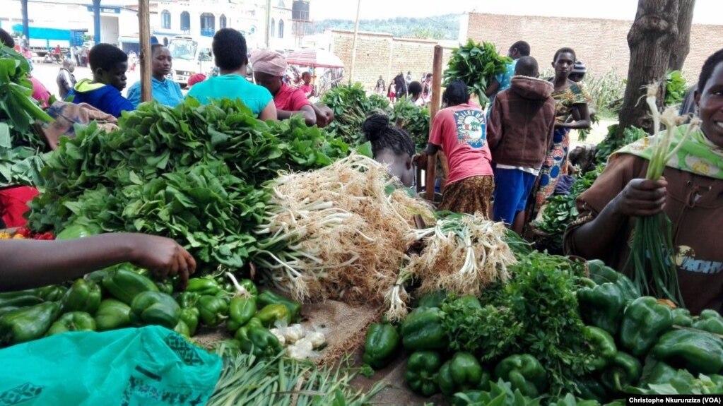 Sur un marché à Bujumbura, au Burundi, le 14 février 2017. (VOA/Christophe Nkurunziza)