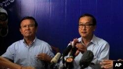 Lãnh tụ đảng Cứu Quốc Campuchia Sam Rainsy trong cuộc họp báo tại Phnom Penh, ngày 25/9/2013.