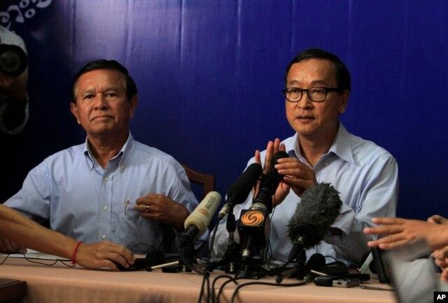 Lãnh đạo Đảng Cứu nguy Dân tộc Campuchia đối lập, ông Sam Rainsy (phải) trong một cuộc họp báo tại Phnom Penh.
