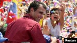 Calon Presiden oposisi Henrique Capriles (baju merah) melakukan kampanye di Caracas di hadapan puluhan ribu pendukungnya, Minggu (7/4).