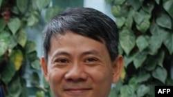 """Bác sĩ Phạm Hồng Sơn, người từng bị cầm tù nhiều năm vì đã dịch và phổ biến trên internet bài viết """"Thế nào là Dân chủ?"""" đăng trên website của Bộ Ngoại giao Hoa Kỳ"""