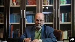 El abogado iraní Mahmoud Alizadeh Tabatabei, representa a los detenidos ciudadanos iraníes estadounidenses Siamak Namazi y su padre Baquer.