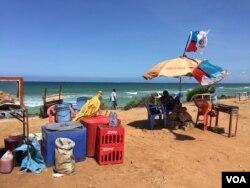 Chadema flag flies on a beach umbrella at Coco Beach in Dar es Salaam on October 24, 2015. (Jill Craig/VOA)