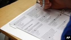 一名考生正在做SAT考试题(资料照片)