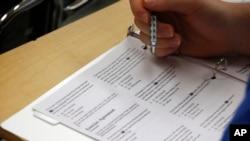 Puluhan ribu murid sekolah di Aljazair mengulang ujian masuk program D-3 setelah soal-soal ujian disebar di media sosial.