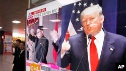 Yon foto ki montre Prezidan ameriken an, Donald Trump ak lidè Kore di Nò a, Kim Jong Un.