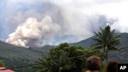 ພວກຊາວບ້ານກໍາລັງເບິ່ງພູໄຟ Mount Lokon ພົ່ນຂີ້ເຖົ່າໄຟຂຶ້ນສູ່ ອາກາດ ທີ່ເມືອງ Tomohon ເທິງເກາະ Sulawesi ແຂວງພາກເໜືອ ຂອງອິນໂດເນເຊຍ, ວັນທີ 17 ກໍລະກົດ 2011.