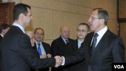 Menlu Rusia Sergei Lavrov saat bertemu Presiden Bashar al-Assad di Damaskus tahun lalu (foto: dok). Rusia tidak mendesak agar Presiden Assad meletakkan jabatan.