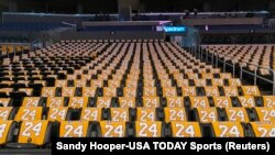 Майки с номерами погибшего баскетболиста Коби Брайанта в спортивной арене Staples Center
