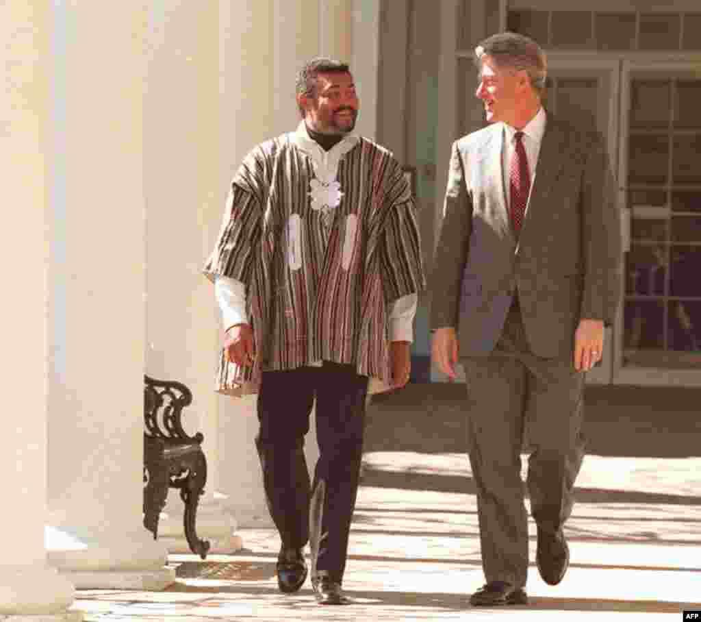 Rais Bill Clinton akitembea pamoja na Rais Jerry Rawlings wa Ghana kwenye bustani ya White House