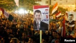 Anggota Ikhwanul Muslimin dan para pendukung Presiden terguling Mesir Mohamed Morsi meneriakkan slogan dan mengangkat poster dalam pawai menuju lapangan Rabaa al-Adawiya Square tempat mereka mendirikan kemah sebagai bagian dari aksi protes di Kairo (2/8).