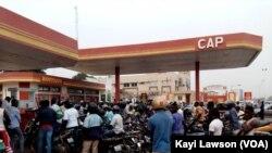 Des motocyclistes devant un distributeur, à Lomé, au Togo, le 2 janvier 2018. (VOA/Kayi Lawson)