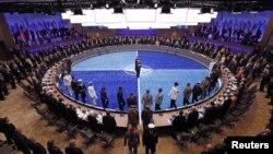 ບັນດາຜູ້ນໍາຊົມພິທີໃຫ້ກຽດແກ່ທະຫານ NATO ສໍາລັບການຮັບໃຊ້ບໍລິການຂອງເຂົາເຈົ້າ ທີ່ກອງປະຊຸມສຸດຍອດ NATO ຢູ່ Chicago, ວັນທີ 20 ພຶດສະພາ 2012. REUTERS/Jim Young (UNITED STATES - Tags: POLITICS MILITARY)