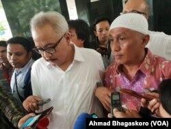 Pengacara Ba'asyir, Mahendradatta dan Achmad Michdan. (Foto: VOA/Ahmad Bagaskoro)